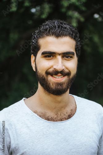Fotografie, Obraz  Portrait eines glücklich, lachenden sympathischen syrischen Mannes