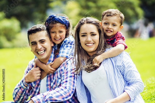 Valokuvatapetti Beautiful latin family
