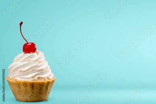 Photo  Cupcake with whipped cream and cherry
