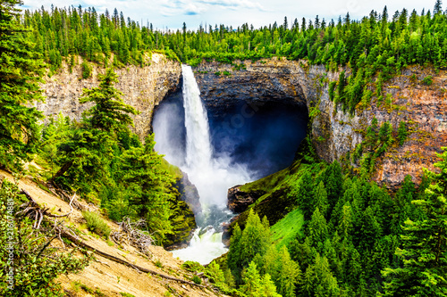 Montage in der Fensternische Wasserfalle Helmcken Falls, the most famous waterfall in Wells Gray Provincial Park in British Columbia, Canada with the falls at peak volume during spring snow melt