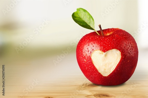 Fotografía  Red apple with a heart shaped