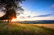 Weg zum Ort Dorf in Landschaft Erzgebirge im Sonnenuntergang