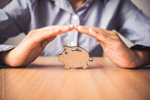 Fototapeta Hand protecting the icon piggy bank - the concept of insurance for Deposit obraz