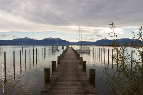 drewniany-pomost-nad-jeziorem-o-poranku
