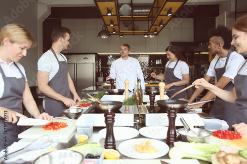 Photo  Chef and group of young people during cooking classes