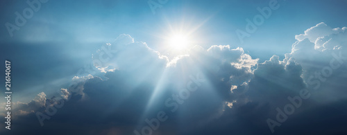Photo Panoramic view of clouds and sun with beautiful rays against the sky