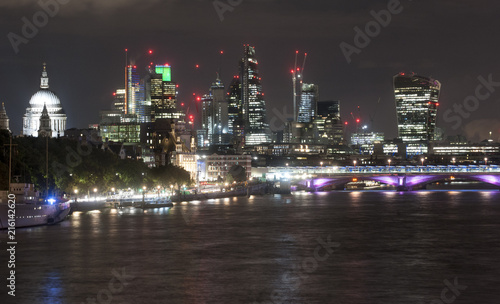 Poster Violet London skyline at night from Waterloo Bridge