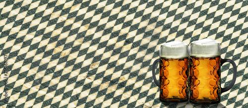 Staande foto Bier / Cider Zwei Bierkrüge vor Bayrischem Tischtuch