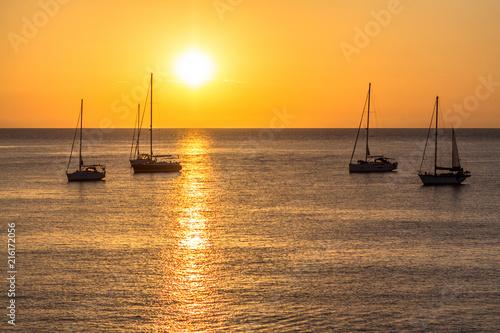 Obraz premium Żaglówki o zachodzie słońca