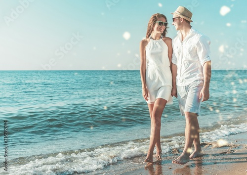 Fotografia  Couple on the beach walking and holding hands