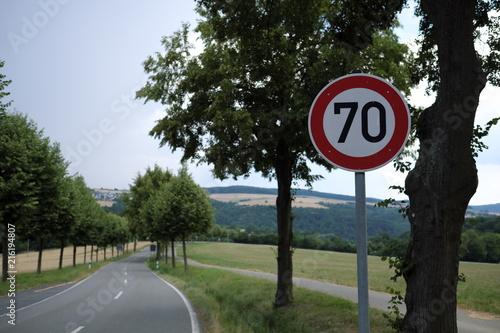 Fotografía  Verkehrsschild Verkehrszeichen zulässige Höchstgeschwindigkeit 70 km/h - Stockfo