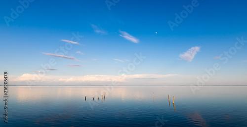 Fotografia, Obraz  Blaue Seelandschaft mit weitem Himmel und klarem Wasser