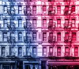 Stary budynek mieszkalny w Lower East Side na Manhattanie, Nowy Jork z różowym i niebieskim kolorowym efektem - 216217804