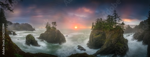 Fotografía  Sunset between Sea stacks with trees of Oregon coast