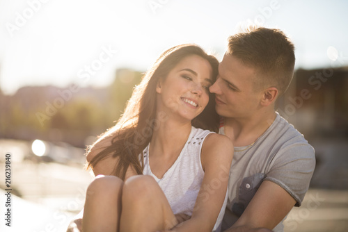 Fotografia  Happy young couple embracing outdoors