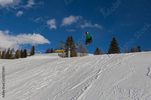 Fényképezés Skier in Action: Ski Jumping in the Mountain Snowpark