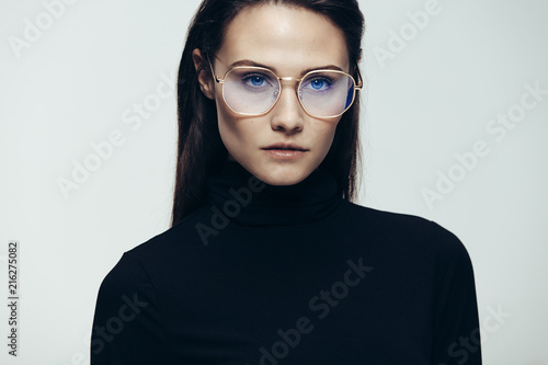 Fotografia  Woman in glasses with intense expression