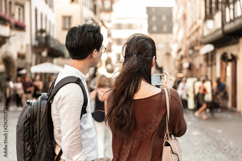 Couple photographiant la ville avec un téléphone portable - 216282878