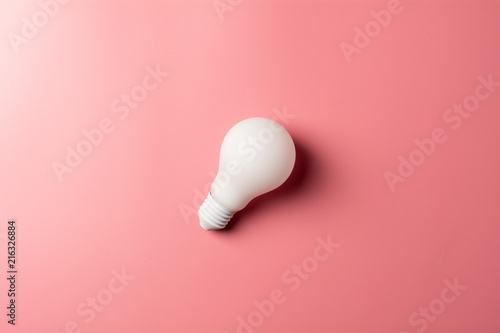 Photo  white classic light bulb on pink background