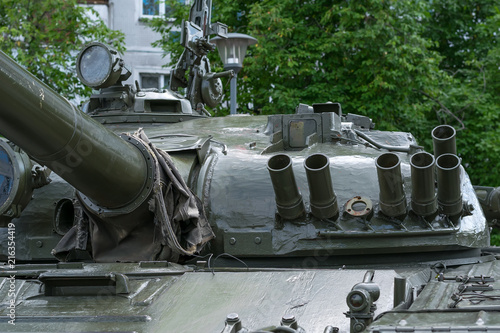 Fotografía  close-up view of the military tank tower on the background of a residential buil