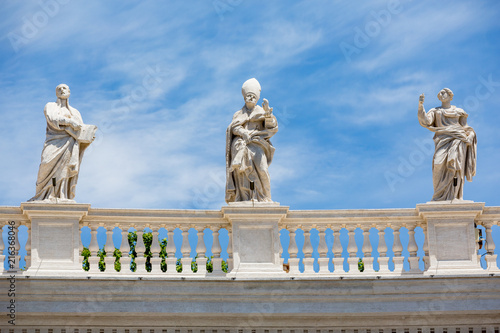 Fotomural Statues on the colonnades at St Peter's square, Rome