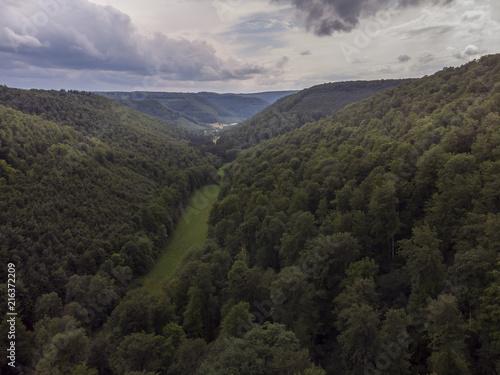 Fotobehang Grijze traf. Tal und Wald - Luftaufnahme