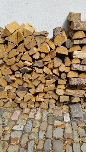 Foto op Aluminium Brandhout textuur Firewood pile stacked chopped wood trunks