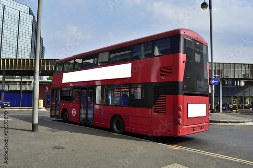 Poster Londres bus rouge Double Decker red bus is running on road in London