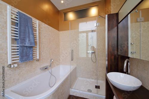 salle de bain moderne avec douche et baignoire – kaufen Sie ...
