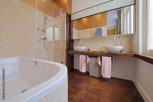 salle de bain moderne avec douche et baignoire – kaufen Sie dieses ...
