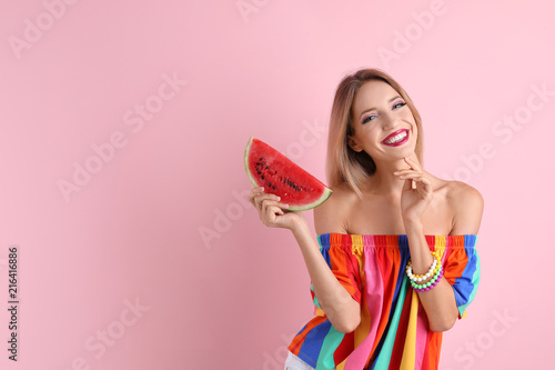 Fotografia  Pretty young woman with juicy watermelon on color background