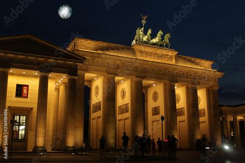 Keuken foto achterwand Berlijn porte de brandebourg à berlin la nuit avec lune