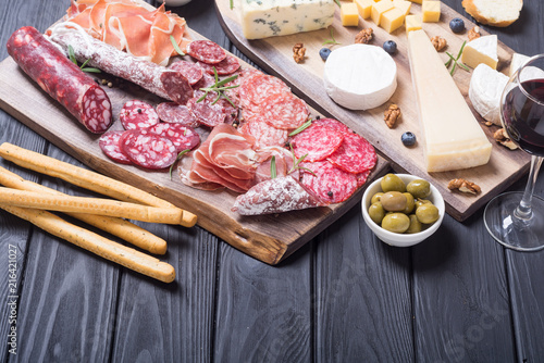 Photo Assortment of cheese and sausages