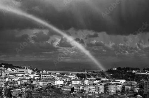 Tęcza nad miastem, Lizbona Portugalia, biało czarne ujęcie.