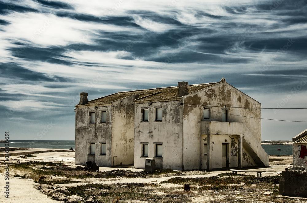 Fototapeta Samotny budynek na plaży w piękny słoneczny dzień.