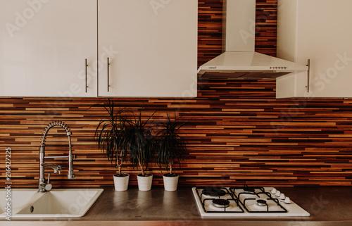 Cuisine moderne avec crédence en bois