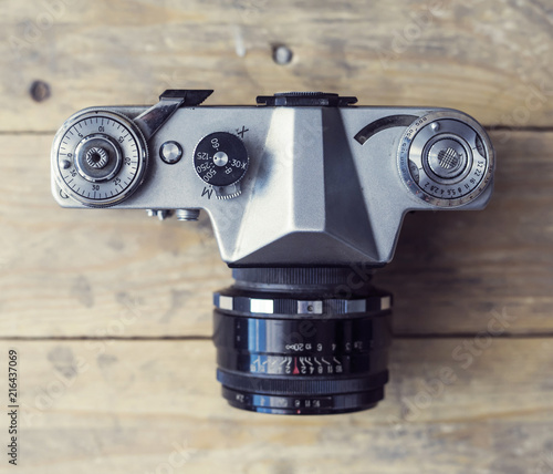 Keuken foto achterwand Historisch geb. Retro slr camera over wooden background. Vintage photo camera.