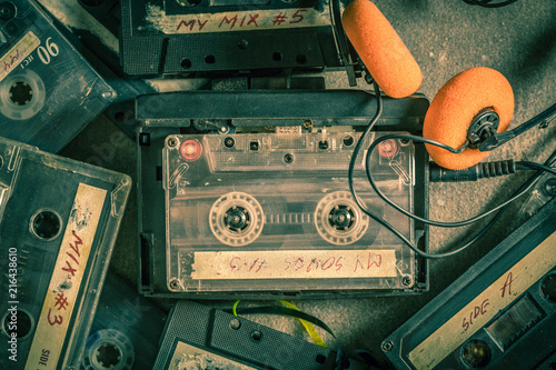 Carta da parati Old audio cassette with headphones and walkman