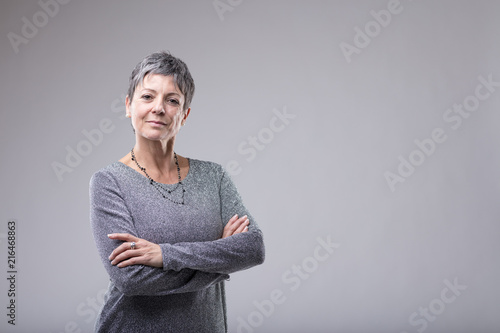 Fotografiet  Confident businesswoman with folded arms
