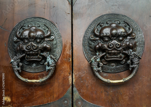 Photo  Antique door knocker shaped like a lion's head.