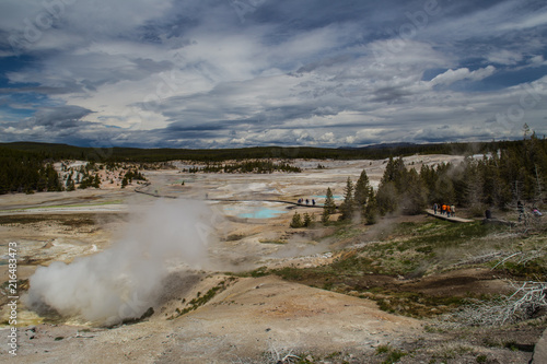 Fotografia  parco Nazionale di Yellowstone, zona del Bacino di Norris Geyser con sorgente di