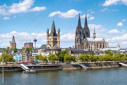 Köln Skyline mit Kölner Dom und Rathaus im Sommer Wallpaper Mural