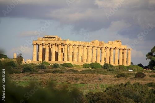 Foto  Griechischer Tempel mit Wolken in Selinunt auf Sizilien