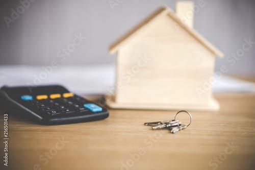 Fotografia house model keys and calculator on desk ,
