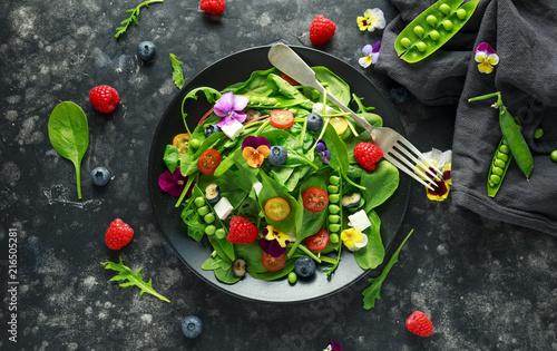 salatka-letnia-z-jadalnymi-kwiatami-szpinakiem-jagodami-malinami-groszkiem-pomidorami-cherry-i-serem-feta