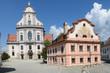 Altötting, Bayern, Deutschland - Juli 30, 2018 : Ein Blick auf die Basilika St.Anna und auf das ehemalige Franziskanerhaus in Altötting.