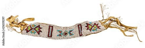 Fotografie, Obraz Altes indianisches Armband als Schmuck / Perlenweberei auf Leder aufgenäht freig