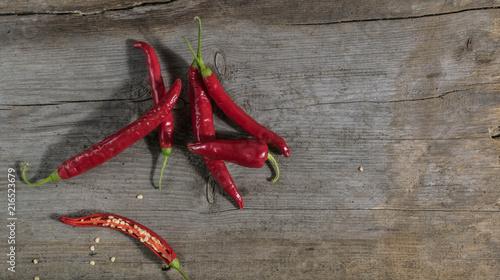 Papryka czerwona chili na drewnianym stole