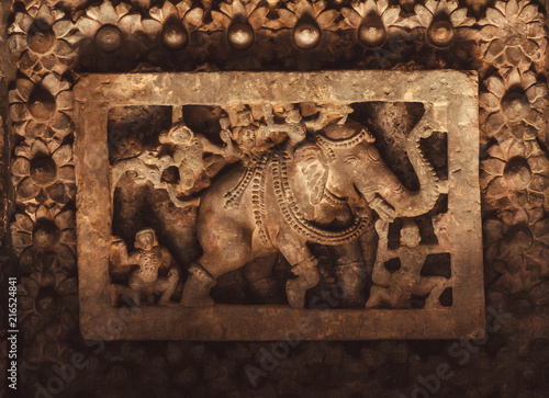 Photo Elephant and monkies on ceiling of historical stone Hindu temple, Halebidu, India