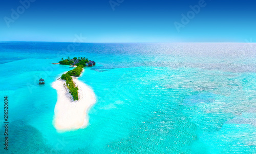 Poster Turquoise Islands and turquoise ocean from above
